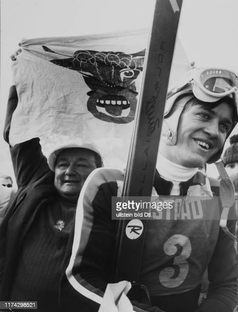 Schweizer Meisterschaft in Gstaad 1970: Bibi Imhof mit Abfahrtssieger Bernhard Russi