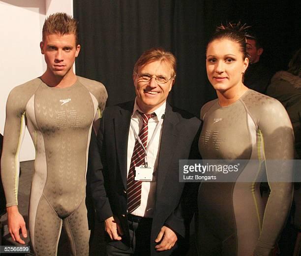 Schwimmen Vorstellung des neuen Speedo Anzug Fastskin FS2 London Thomas Rupprath l Hannah Stockbauer r mit dem Entwickler Gerard De Neuville 090304