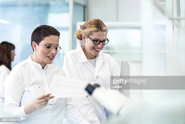 wissenschaft-labor - arzthelferin stock-fotos und bilder