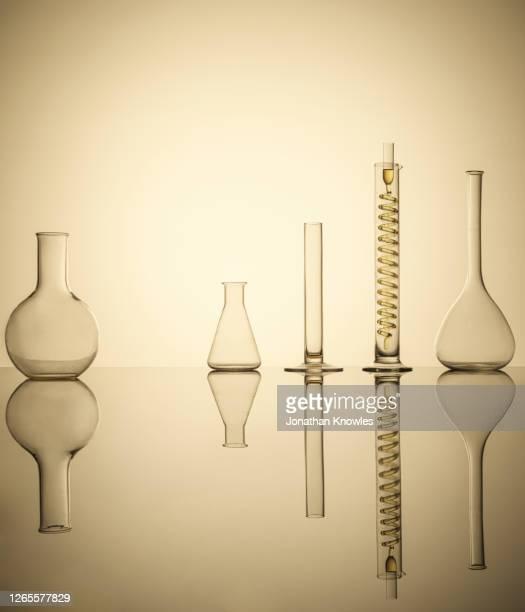 scientific equipment - frasco cónico fotografías e imágenes de stock