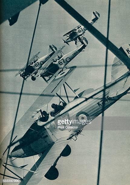 Scientifiques derrière un écran étudie les retombées atmosphériques au Royal Observer Corps à Londres RoyaumeUni circa 1930