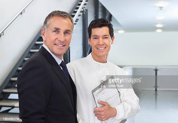 Wissenschaftler und Geschäftsmann reden in Büro
