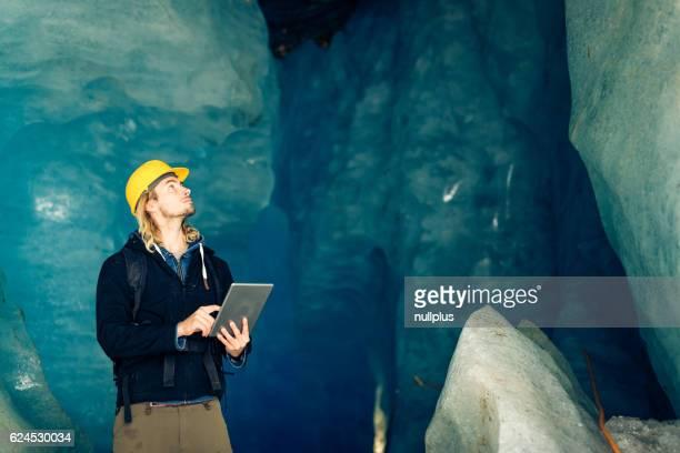 Wissenschaftler an eine Expedition Website untersuchen einen Gletscher