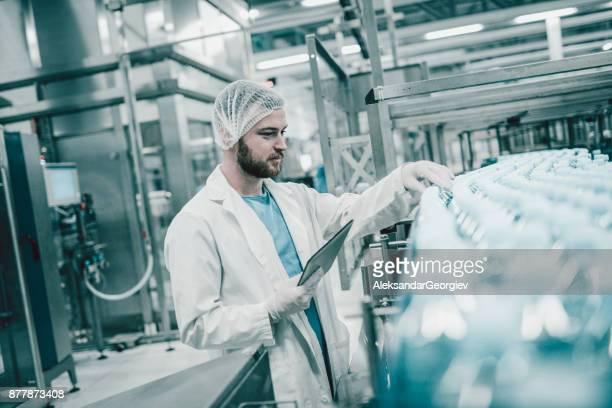 Wissenschaftler-Controller, die Revision in der Abfüllanlage zu tun