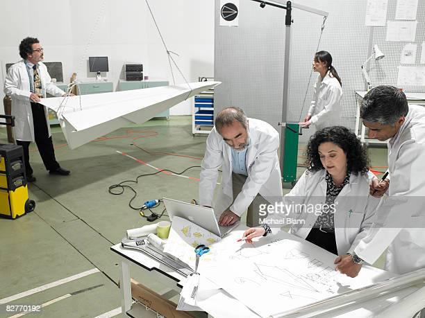 Wissenschaftler im Labor über Pläne