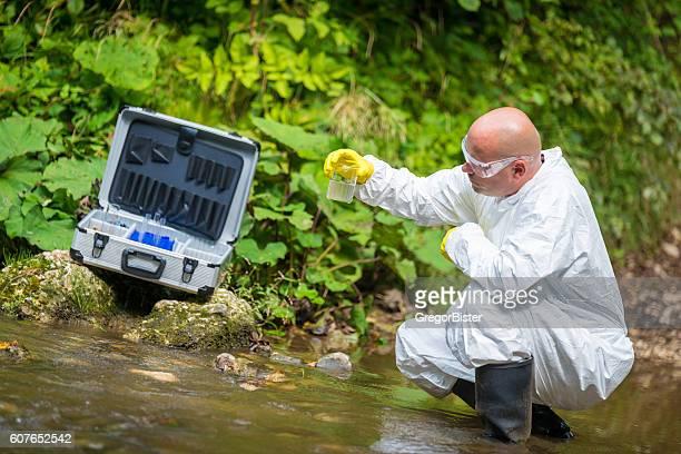 Wissenschaftler examing giftigen Wasser
