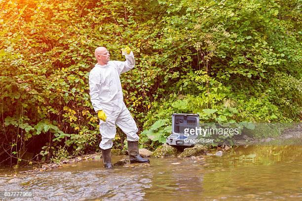 Scientifique examing toxiques eau
