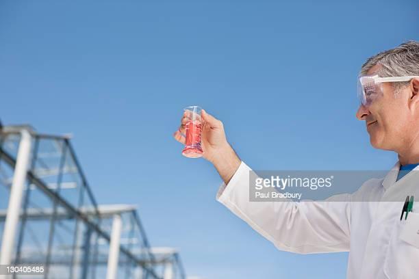 Wissenschaftler untersuchen Becherglas im Freien