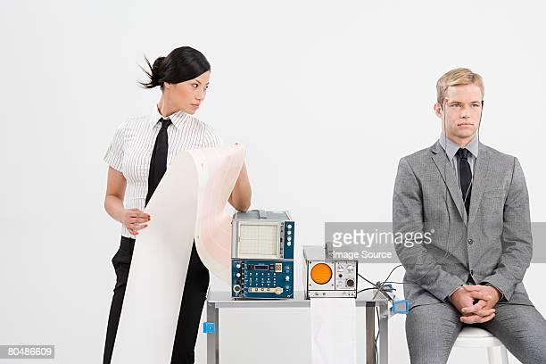Un scientifique essayer sur un homme