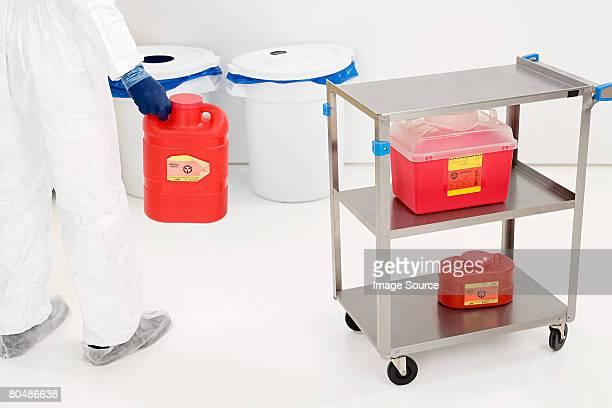 Wissenschaftler hält eine chemische Müll-container