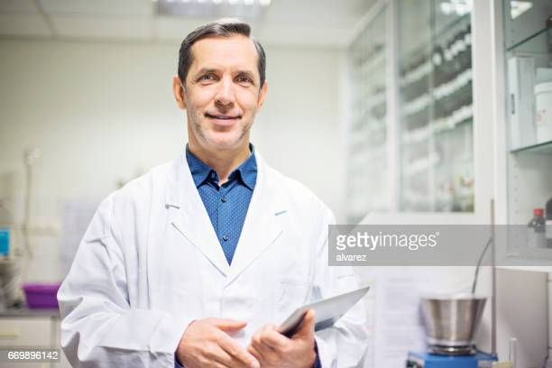 Wissenschaftler halten digital-Tablette im Labor