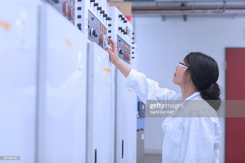 Scientist in control room : Stock-Foto