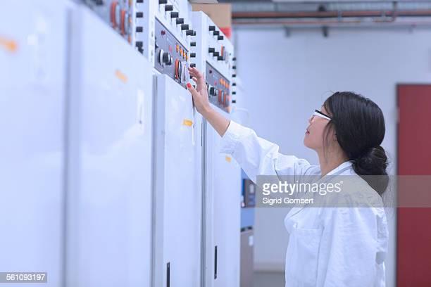 scientist in control room - sigrid gombert - fotografias e filmes do acervo