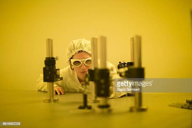 scientist in holographic laboratory - sigrid gombert stockfoto's en -beelden
