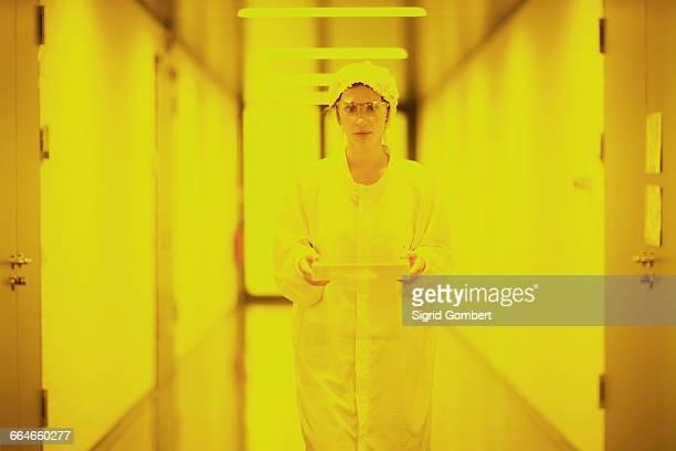 scientist in holographic laboratory - sigrid gombert - fotografias e filmes do acervo
