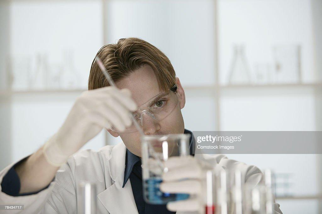 Scientist in laboratory : Stockfoto