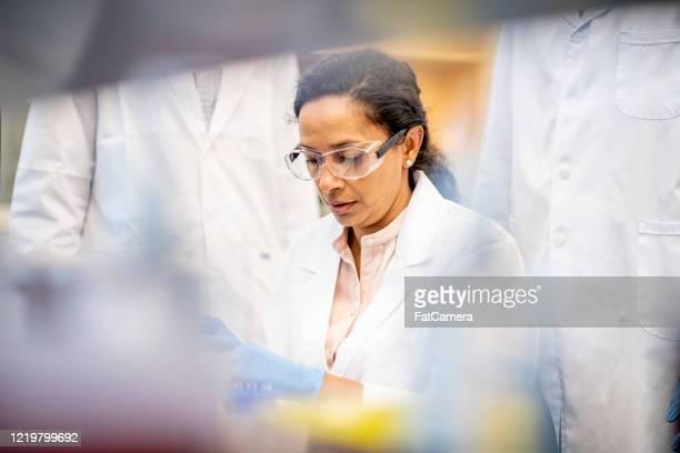 científico busca una cura - laboratorio clinico fotografías e imágenes de stock