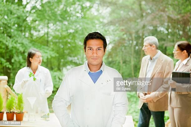 Wissenschaftler stehen in den Meetingräumen und im Freien