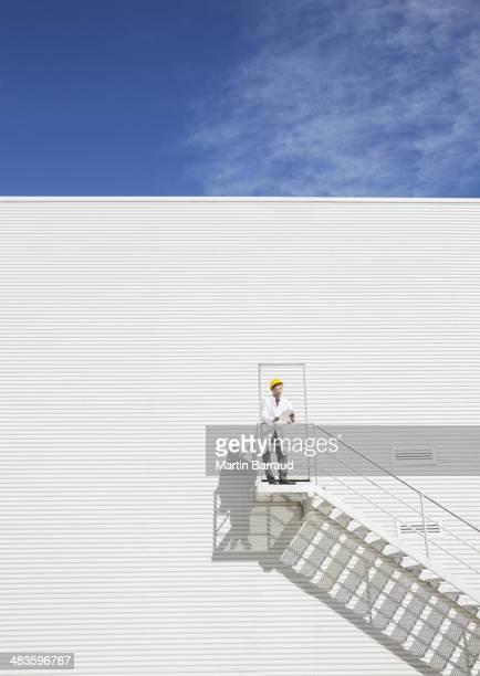 Wissenschaftler auf Plattform gegen Gebäude
