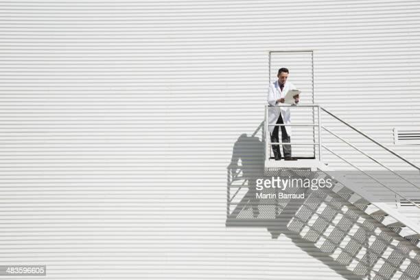 Wissenschaftler auf einem sonnigen Plateau gegen Gebäude