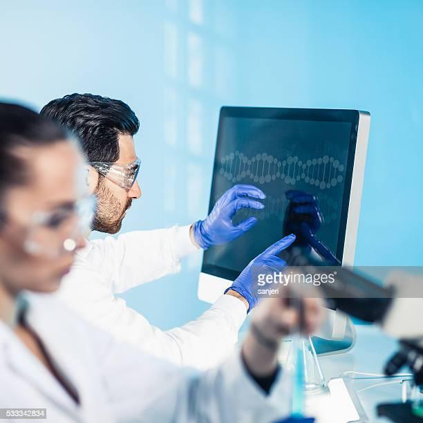 Wissenschaftler mit moderner Technologie für ihren research
