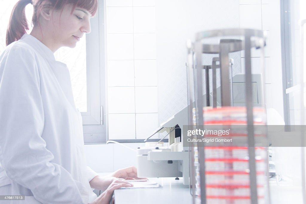 Scientist using equipment in lab : Stock-Foto