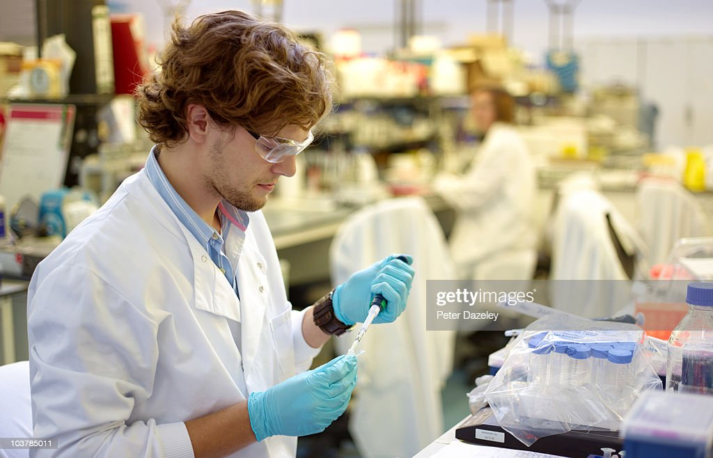 Scientist using micro pipette with DNA : Foto de stock