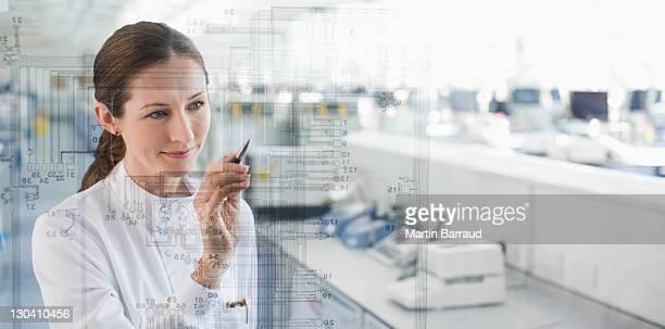Wissenschaftler im Labor mit Touchscreen