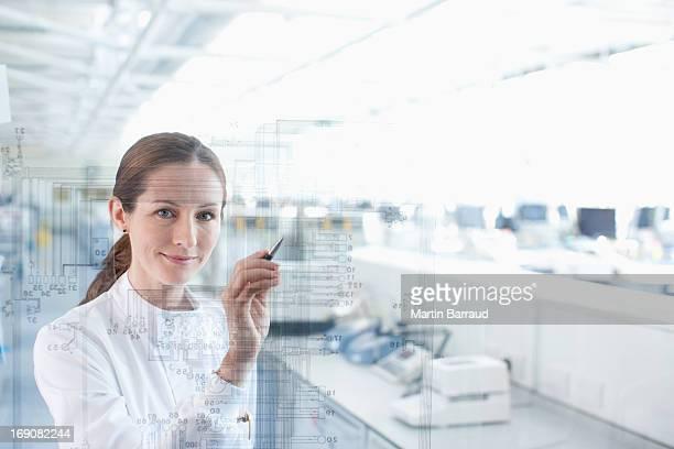 科学者タッチスクリーンを使って実験室