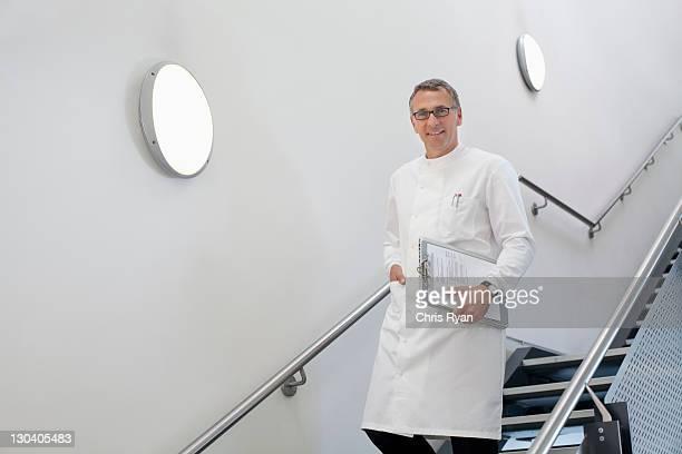 scientifique à pied des escaliers dans le bureau - down blouse photos et images de collection