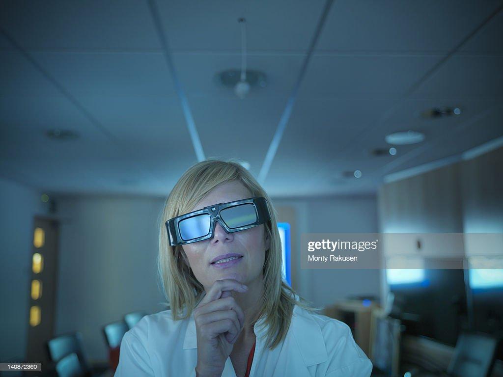 Scientist wearing 3D glasses in lab : ストックフォト