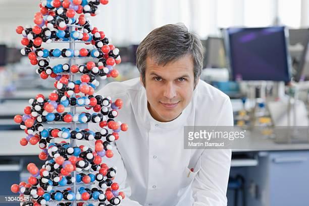 Scientifique avec modèle moléculaire de lab