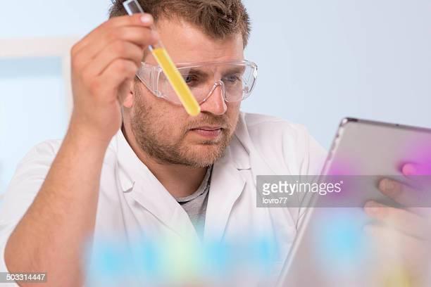 科学者は、X 線管のテストおよびタッチパッド