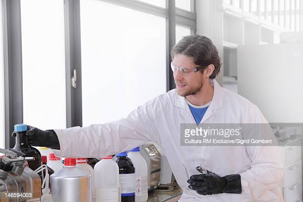 scientist working in chemistry lab - sigrid gombert imagens e fotografias de stock
