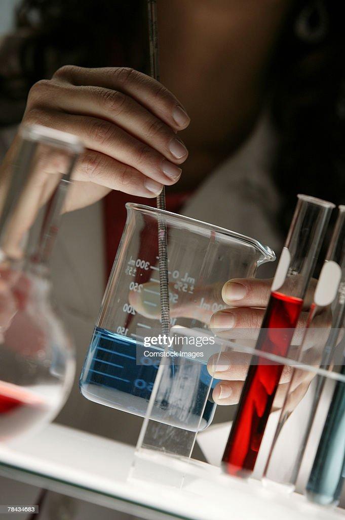 Scientist working in laboratory : Stockfoto