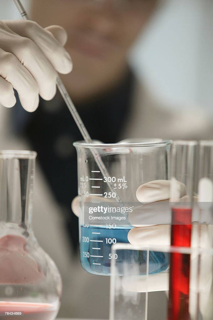 Scientist working in laboratory : Stockfoto