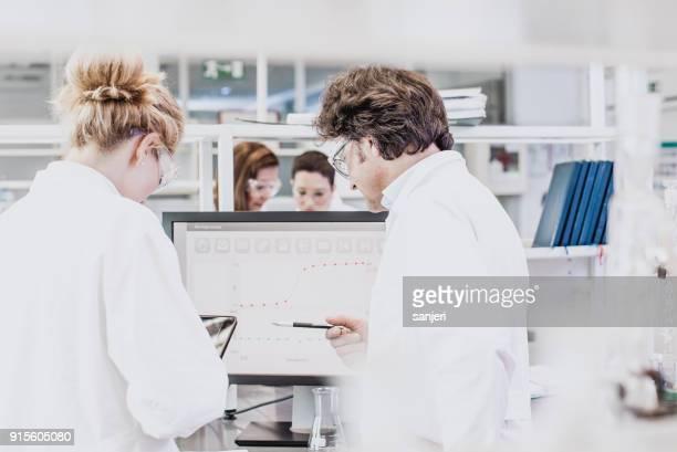 Wissenschaftler arbeiten in The Laboratory, mit computer