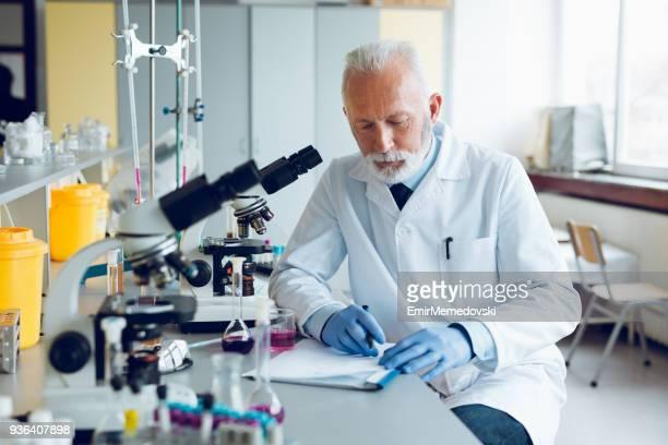 Wissenschaftler arbeiten mit dem Mikroskop im Labor
