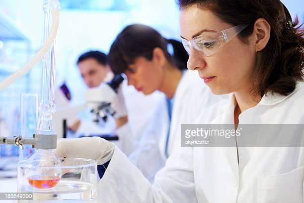 Des scientifiques travaillant dans un laboratoire chimique.