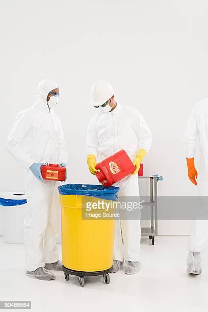 Gli scienziati smaltimento dei rifiuti chimici