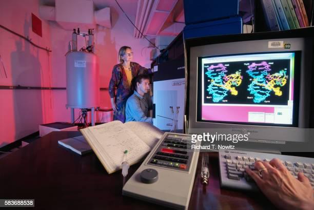 scientists examining molecules - 1990 1999 fotografías e imágenes de stock