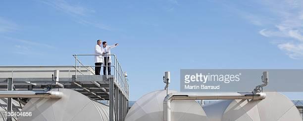Wissenschaftler auf Bürgersteig auf Tops