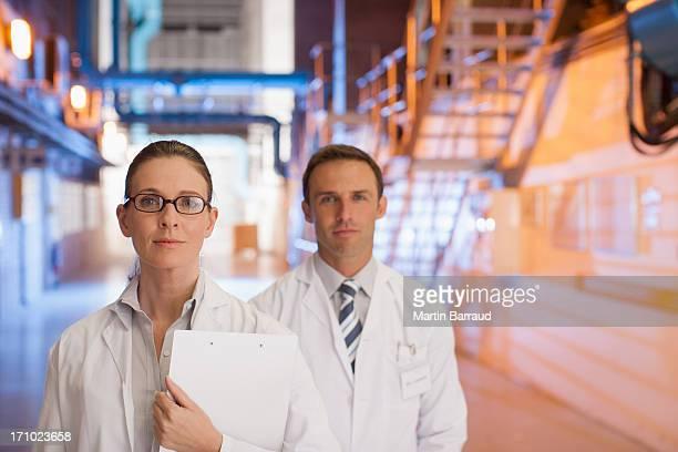 Les scientifiques debout ensemble en usine