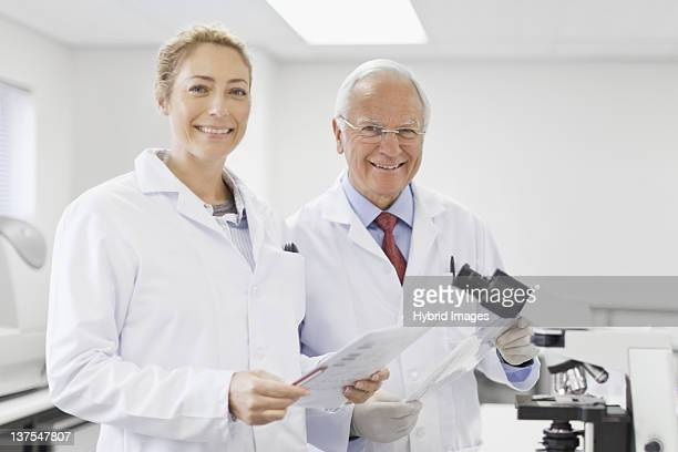 Wissenschaftler sprechen in pathology lab