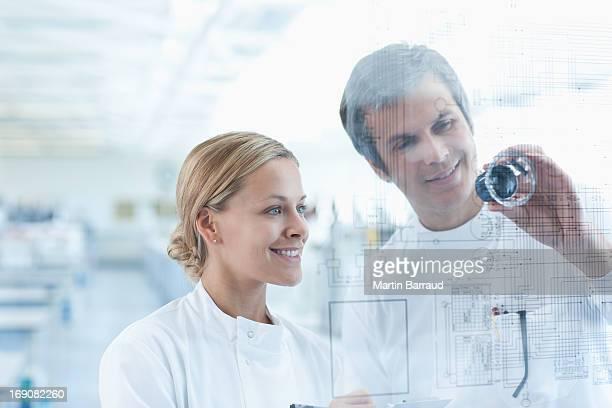 科学者が使用にタッチスクリーンを実験