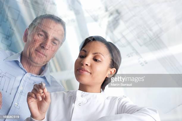 Los científicos mediante pantalla táctil en laboratorio