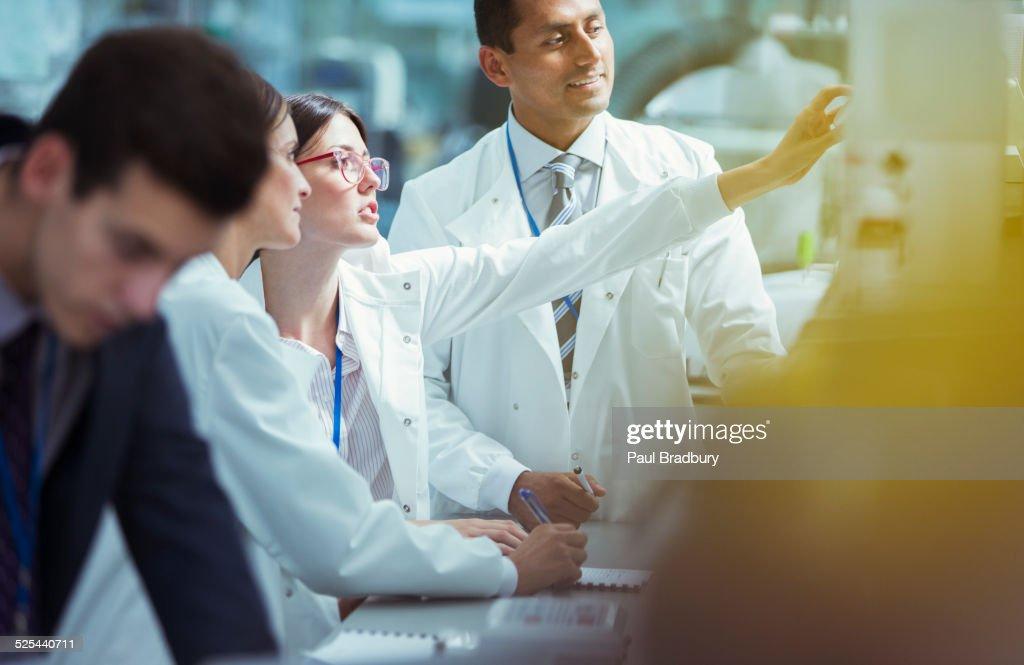 Scientists working in laboratory : Foto de stock