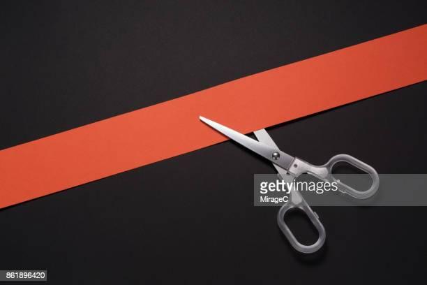 scissors cutting colored paper stripe - inclinando se - fotografias e filmes do acervo