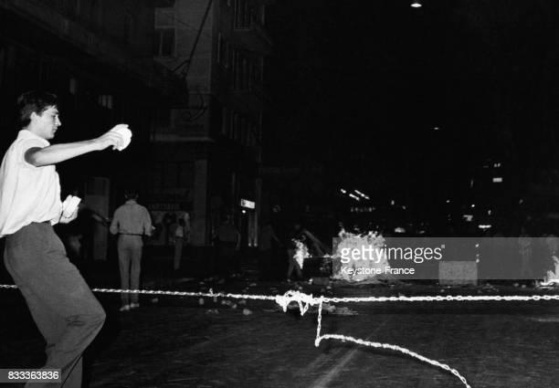 Scène d'émeute dans les rues d'Athènes Grèce en août 1965