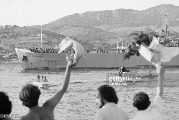 Scènes de joie dans le port d'Athènes au retour des déportés de l'Ile de Varos le 25 juillet 1974 Grèce